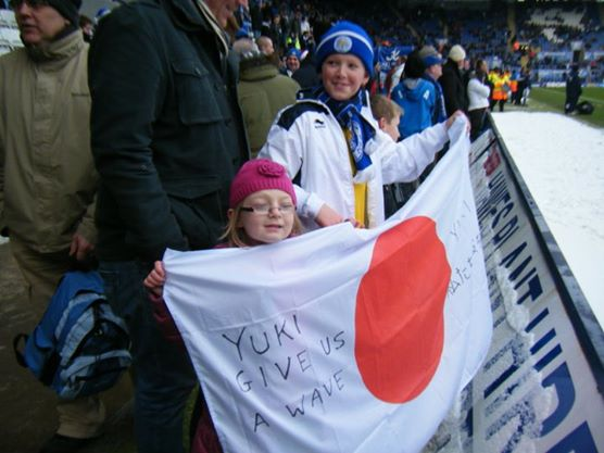 「Yuki gives us a wave」「勇樹が良い流れを作る」の国旗を掲げていた現地の子供達